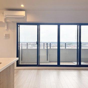 【LDK】窓は南東向き!大きくて良いですねえ。