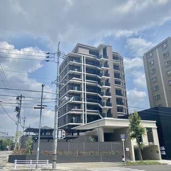 駅チカの10階建てのマンションです。
