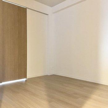 【約5.4帖洋室】扉を閉めてお部屋として使ってもいいですし、開け放してLDKとつなげて使っても◎