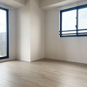 【約6帖洋室】お次は廊下へ出て、もう一つの洋室へ。2面採光で明るい!