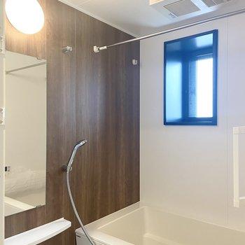 お風呂もブラウン!浴室乾燥機と、窓もあって換気できます◎
