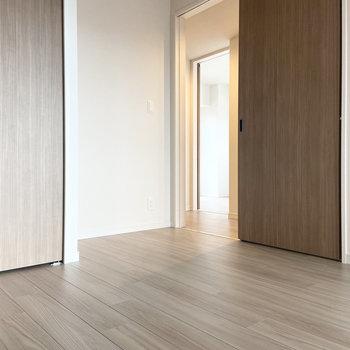 【約5.4帖洋室】こちらの扉は廊下に。