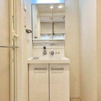 脱衣所。シンプルな洗面台に機能美を感じますね。
