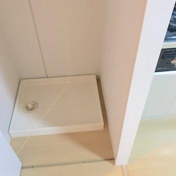 キッチンの横には扉で隠された洗濯機置き場がありました。