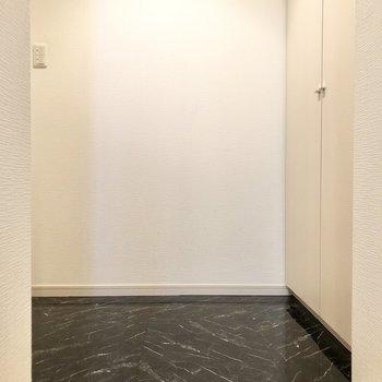 黒の床でおしゃれな玄関。