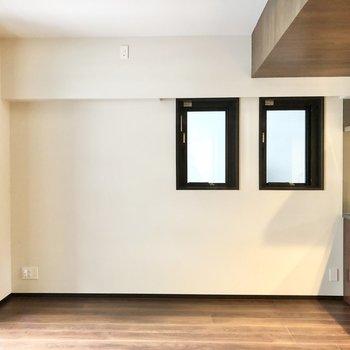 【LDK】小さな窓からも光が差し込みます。※写真は6階の同間取り別部屋のものです