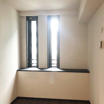 【約4.7帖】窓はやや出窓のようになっています。※写真は6階の同間取り別部屋のものです