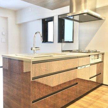 【LDK】キッチン周りはとってもゆったりしています。※写真は6階の同間取り別部屋のものです