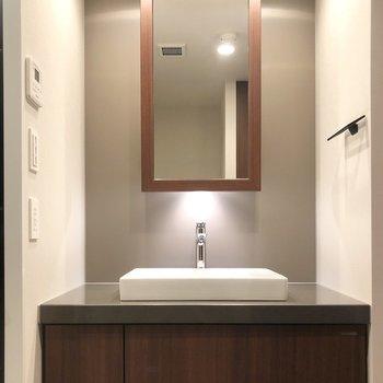 洗面台の鏡は収納になっています。※写真は6階の同間取り別部屋のものです