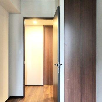 【約4.7帖】こちらのお部屋には収納が。※写真は6階の同間取り別部屋のものです