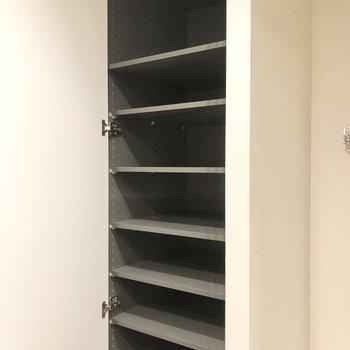 洗濯機置き場横には棚が。タオルや洗剤をしまって置くことができます。※写真は6階の同間取り別部屋のものです