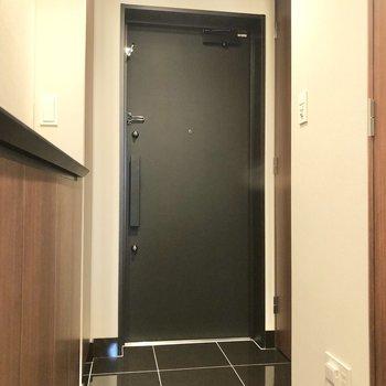 玄関土間もシックなタイル張り。そしてなんと靴の収納がたっぷり3箇所も!※写真は6階の同間取り別部屋のものです