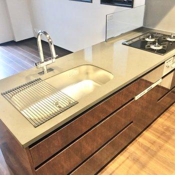 【LDK】3口コンロと調理スペースがあり、お料理が捗りそう。※写真は6階の同間取り別部屋のものです