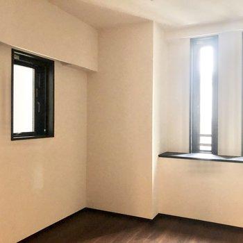 【約6帖】こちらのお部屋は2面採光で明るい。※写真は6階の同間取り別部屋のものです
