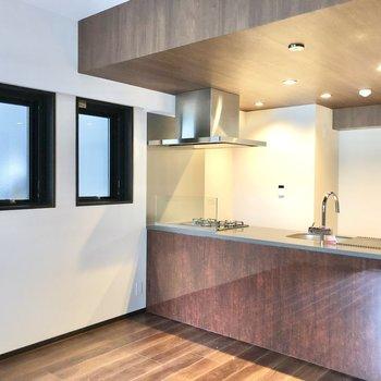 【LDK】スタイリッシュなオープンキッチン。※写真は6階の同間取り別部屋のものです