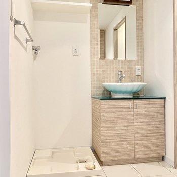 可愛らしい貝殻の洗面台。左隣に洗濯機置けます。(※写真は清掃前のものです)