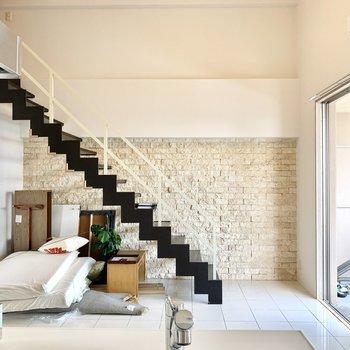 階段はインテリアにもなりますね♪(※写真は清掃前のものです。家具は撤去されます)