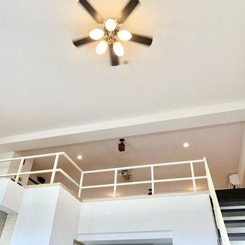 シーリングライトがいい感じでしょ♪天井も高い!(※写真は清掃前のものです)