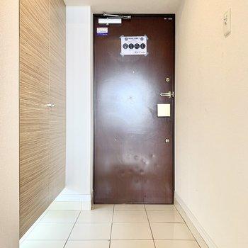 玄関にはフットライト。シューズ並べておしゃれにしたくなります。(※写真は清掃前のものです)
