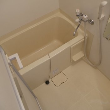 お湯をはってゆっくり疲れを癒してください♪※写真は2階の同間取り別部屋のものです