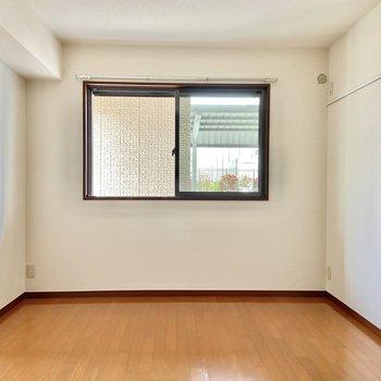【洋室】こちらもシンプルなお部屋。