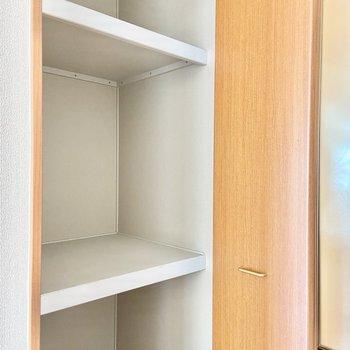 【LDK】入口の収納は押し入れ式になっていて天井までたっぷり!棚を活用しましょう。