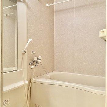 淡いピンクが落ち着くお風呂。浴室乾燥機です。