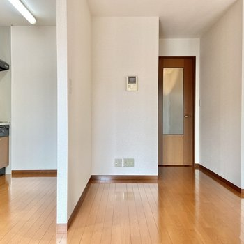 【LDK】キッチンは壁でゆるりと区切られています。