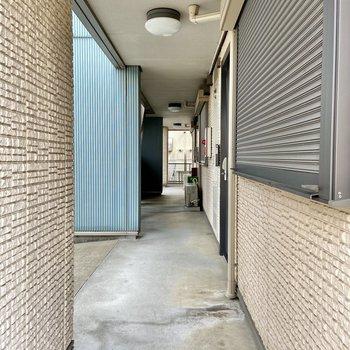 共用廊下はしっかりした屋根付きなので雨の日も安心です。