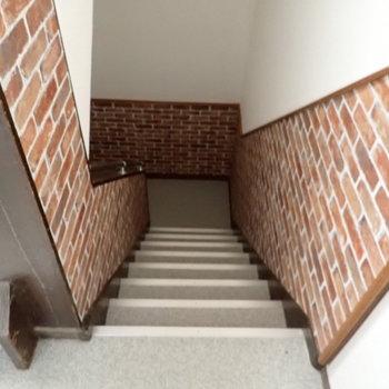 レンガ調のクロスが階段を飾ります。
