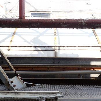 窓からは、屋根。換気用として窓を使いましょう!