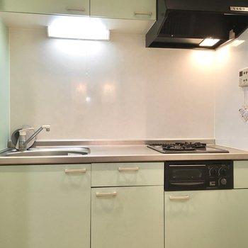 キッチンもハシゴと同じグリーンカラー。