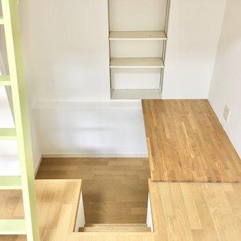 1段下がった空間は書斎スペースに。