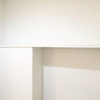 ペーパーのストックや洗剤は上の棚に。
