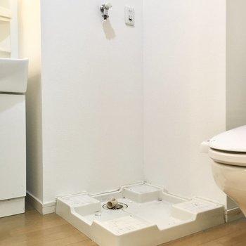 洗濯機置き場もトイレと洗面台の間に。