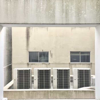 周りはマンションが隣接しています、、