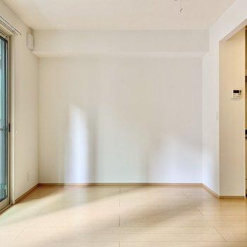 逆側の壁は一面白。壁寄せで家具を置きやすい。