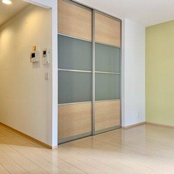 洋室とリビングを仕切る2枚の引き戸はすりガラス埋め込みタイプ。
