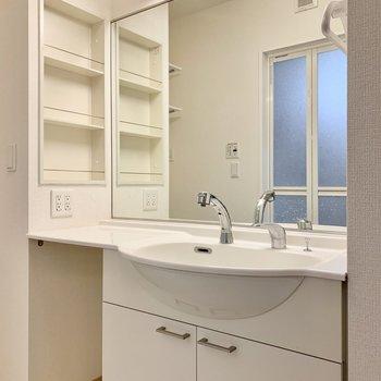 ワイドな鏡の洗面台。