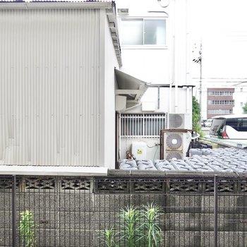 目の前はお隣さんの家屋ですが、その分周りからの視線は気になりづらいです。