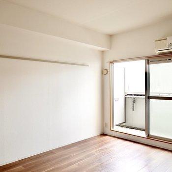 洋室は約9.5帖と少し広め。南向きの窓から日差しが差し込む明るい空間。