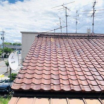 眺望はお隣の屋根です。綺麗な瓦屋根。
