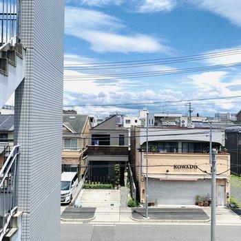 3階ですが周辺の建物が低めなので遠くまで抜けた眺望です。