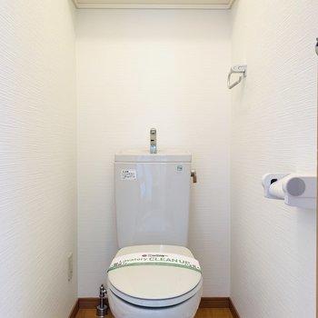 ユーティリティーの正面にはお手洗い。上部には収納も。