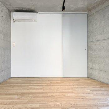 お部屋は両壁がコンクリート!