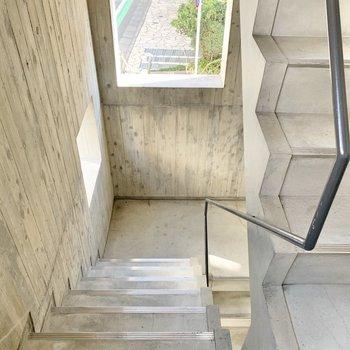 2階までは階段を上がります。