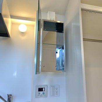 鏡の裏は収納として使えます。