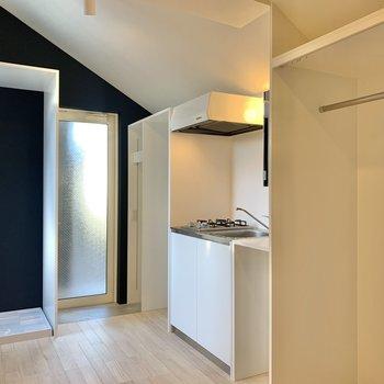 キッチンサイドに収納スペースがあります。