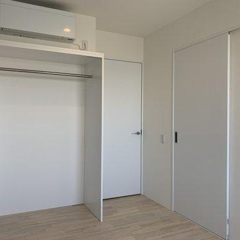 【洋室】奥の扉は脱衣所に繋がっています。