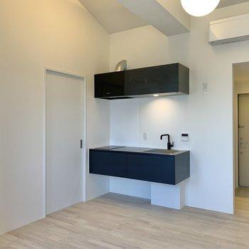 【LDK】キッチン横の扉は洋室へ繋がっています。